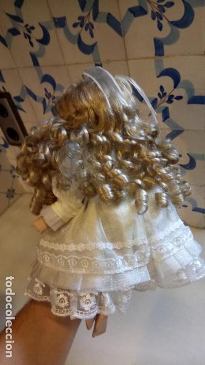 Reproducciones Muñecas Españolas: Antigua muñeca de porcelana con vestido blanco, lazo y flores - Foto 7 - 142527698