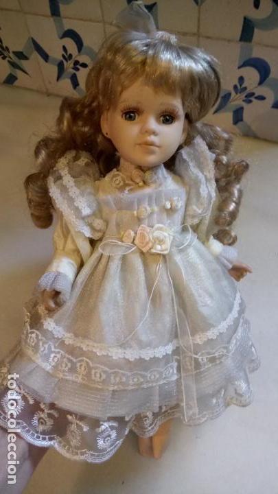 Reproducciones Muñecas Españolas: Antigua muñeca de porcelana con vestido blanco, lazo y flores - Foto 8 - 142527698