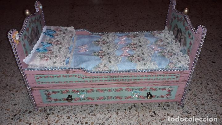 Reproducciones Muñecas Españolas: CUNA MUñECA DE MADERA ESTILO BARROCO, JUGUETE ARTESANO, MUñECA ACTUAL - Foto 2 - 145121322