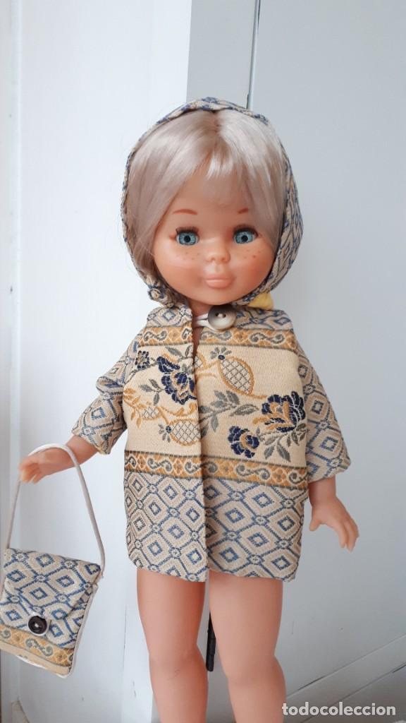 ANTIGUO CHAQUETON CON CAPUCHA Y BOLSO DE MUÑECA VALIDO PARA NANCY DE FAMOSA (Juguetes - Reproducciones Vestidos y Accesorios Muñeca Española Moderna)