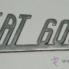 Coches y Motocicletas: ANAGRAMA LOGOTIPO EMBELLECEDOR PLACA COCHE SEAT 600 D ORIGINAL CURIOSO. Lote 15595262