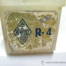 Coches y Motocicletas: RENAULT 4 ANTIGUA CAJA PARA BOMBILLAS. HACIA 1970 METAL MAZDA.. Lote 22936840