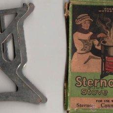 Coches y Motocicletas: STERNO STOVE FOR USE WITH STERNO CANNED. SOPORTE Y CAJA PARA INFIERNILLO DE VIAJE. CA 1920. Lote 39356552