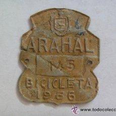 Coches y Motocicletas: PLACA DE BICICLETA DEL ARAHAL ( SEVILLA) , 1966 . EPOCA DE FRANCO CON AGUILA DE SAN JUAN. EXCAVACION. Lote 42467860