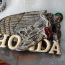 Coches y Motocicletas: HEBILLA METÁLICA VIEJA. MOTOS HONDA. Lote 52028406