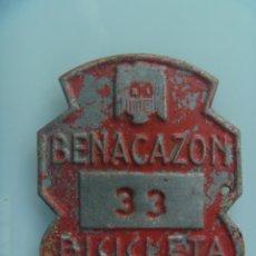 Coches y Motocicletas: PLACA DE BICICLETA DE 1961 . BENACAZON ( SEVILLA ) . CON AGUILA DE SAN JUAN , DE FRANCO. Lote 52882431