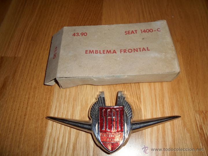 INSIGNIA - EMBLEMA DE SEAT 1400 B Y B ESPECIAL NUEVA DE ALMACEN CON CAJA ORIGINAL MUY RARA !!!! (Coches y Motocicletas - Repuestos y Piezas (antiguos y clásicos))