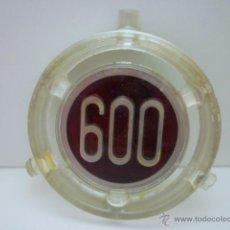 Coches y Motocicletas: ANTIGUO EMBLEMA/ANAGRAMA METACRILATO VEHICULO SEAT 600. MEDIDAS 8 DIAMETRO.. Lote 54893786