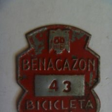 Coches y Motocicletas: PLACA DE BICICLETA DE 1961 . DE BENACAZON ( SEVILLA ) , CON AGUILA DE SAN JUAN DE FRANCO. Lote 57817162