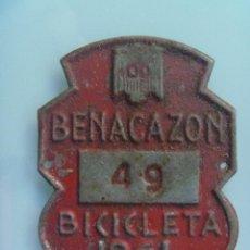 Coches y Motocicletas: PLACA DE BICICLETA DE 1961 . DE BENACAZON ( SEVILLA ) , CON AGUILA DE SAN JUAN, FRANCO. Lote 57896200