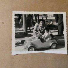 Coches y Motocicletas: FOTO ANTIGUA NIÑO CON COCHE BISCUTER DE JUGUETE.. Lote 72039789