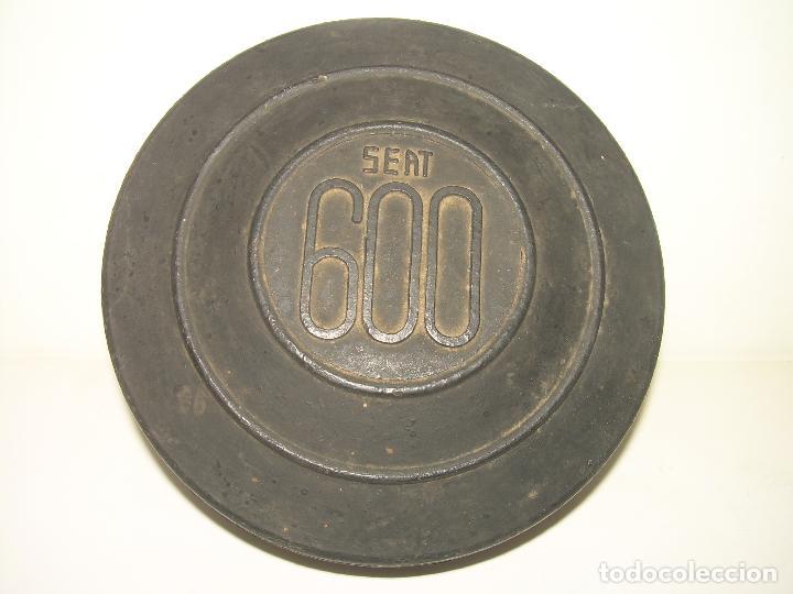 Coches y Motocicletas: REPUESTO DE BOMBILLAS DEL COCHE SEAT 600..ESTUCHE DE GOMA. - Foto 2 - 101381767