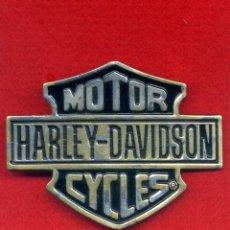 Voitures et Motocyclettes: MOTOR HARLEY DAVIDSON. HEBILLA LATÓN MACIZO BARON SHEILD LOGO H 302. EDICIÓN 1983.. Lote 107240075