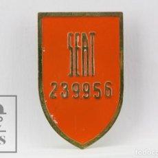 Coches y Motocicletas: ANTIGUA PLACA IDENTIFICATIVA DE OPERARIO DE SEAT, NÚM. 239956 - NARANJA / ROSCA DORSO - AÑOS 50-60. Lote 116507483