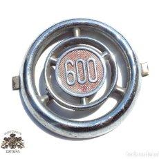 Coches y Motocicletas: EMBLEMA O CHAPA.- EMBELLECEDOR SEAT 600 INSIGNIA CROMADA.. Lote 127764723