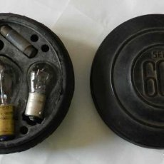 Coches y Motocicletas: CAJA DE REPUESTO DE BOMBILLAS DEL COCHE SEAT 600. ESTUCHE DE GOMA. RAILLY. PATENTADO. MIDE 11 CMS DE. Lote 127821659