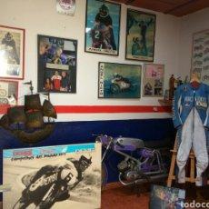 Coches y Motocicletas: ÁNGEL NIETO MOTO DERBI 49 GRAN SPORT FIRMADA,MONO CARRERAS GRAN POSTER +POSTER OFICIALES VER MAS.. Lote 130098226