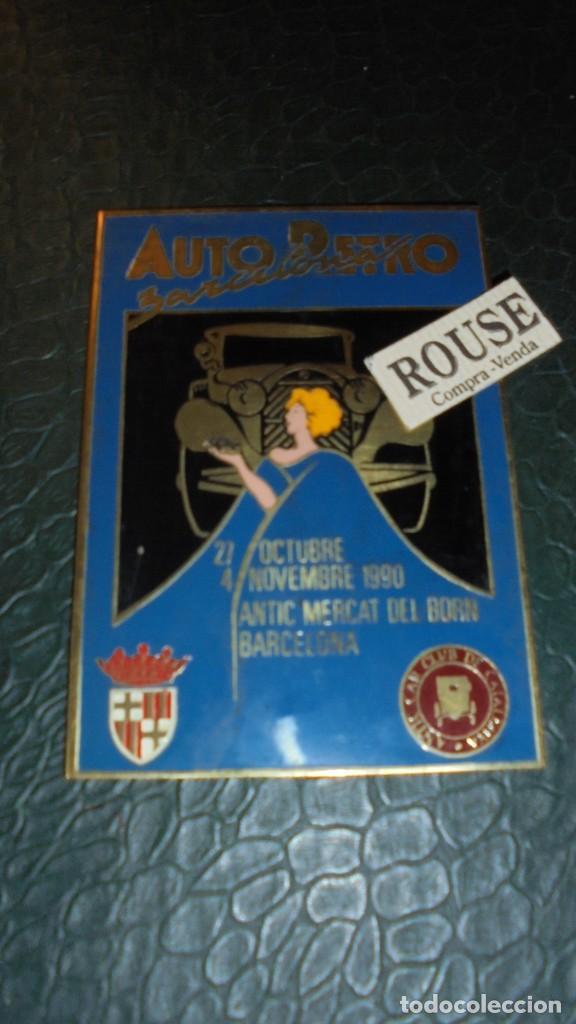 ANTIGUA PLACA - AUTO RETRO BARCELONA , 1990 - 27 OCTUBRE 4 NOVEMBRE ANTIC MERCAT DEL BORN 10X7 CM (Coches y Motocicletas - Repuestos y Piezas (antiguos y clásicos))