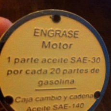 Coches y Motocicletas: PLAQUITA CHAPA ENGRASE MOTOR. ACEITE SAE 140.. Lote 139658318