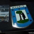 Coches y Motocicletas: CURIOSA PLACA ESCUDO MADRID OSO MADROÑO EMBLEMA ESMALTE COCHE CLÁSICO ORIGINAL AÑOS 70 VINTAGE. Lote 148175934