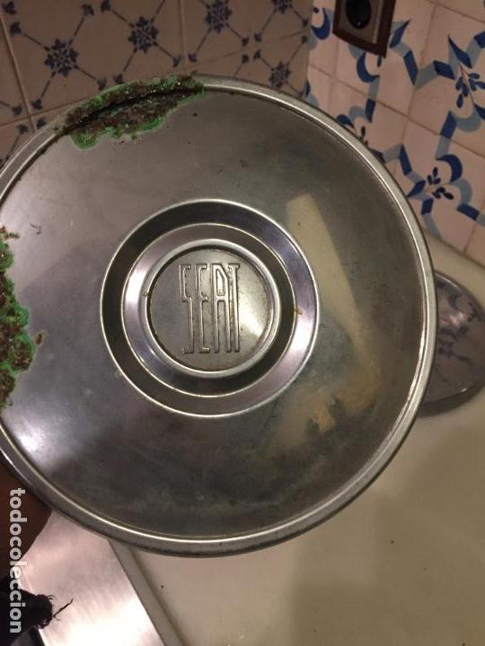 Coches y Motocicletas: Antiguos 2 tapacubos de rueda de coche de Seat 600 años 50 - Foto 5 - 150846578