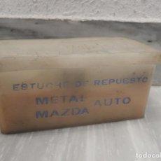 Coches y Motocicletas: ESTUCHE DE RESPUESTO METAL AUTO MAZDA - AÑOS 60 - 70 - VER FOTOS. Lote 159725754