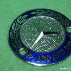 Coches y Motocicletas: RARA INSIGNIA COCHE MERCEDES BENZ ESMALTADA 200000 KMS REGALO A CONDUCTOR AÑOS 50 VINTAGE. Lote 160529722