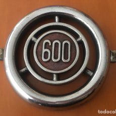 Coches y Motocicletas: EMBLEMA ANAGRAMA COCHE SEAT 600 LOGO METÁLICO. Lote 171832364