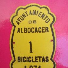 Coches y Motocicletas: CHAPA DE ARBITRIO , METALICA , AYUNTAMIENTO DE ALBOCACER , BICICLETA 1971. Lote 178624497
