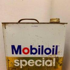 Coches y Motocicletas: ANTIGUA LATA DE ACEITE PARA AUTOMOVIL. MOBIL OIL SPECIAL. MIDE APROX 25CMS ALTURA. Lote 182677800