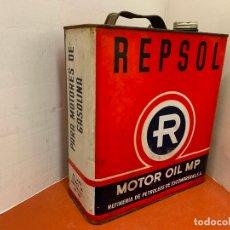 Coches y Motocicletas: ANTIGUA LATA DE ACEITE PARA AUTOMOVIL. REPSOL MOTOR OIL . MIDE APROX 25CMS ALTURA. Lote 182681263