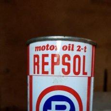 Coches y Motocicletas: ANTIGUA LATA DE ACEITE REPSOL MOTOR OIL 2 TIEMPOS - LLENA. Lote 195459796