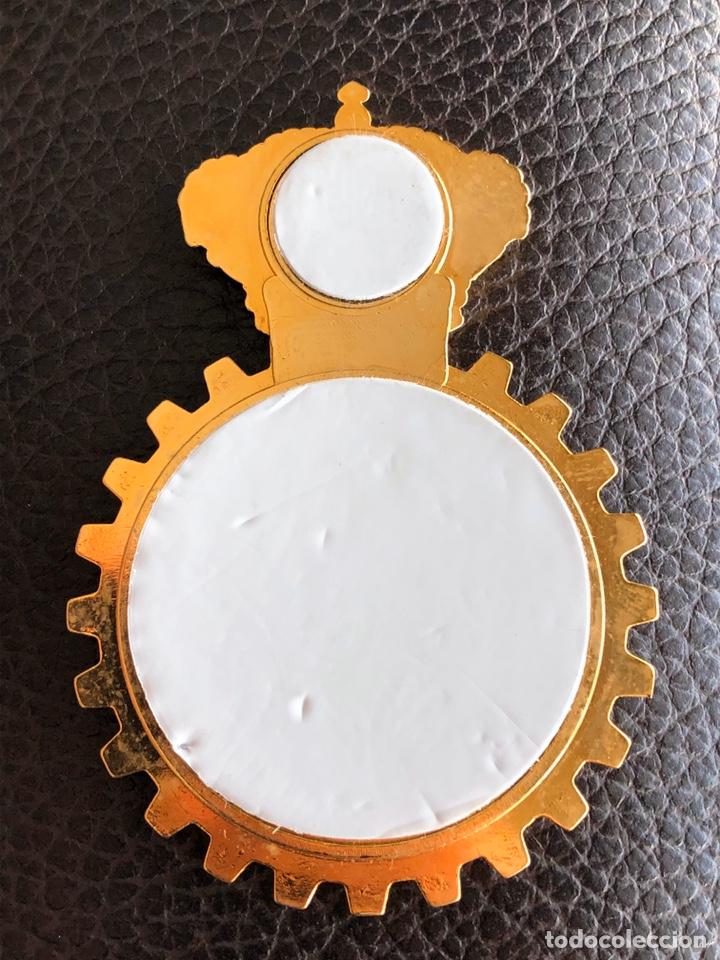 Coches y Motocicletas: Antiguo escudo de gran tamaño metálico adhesivo del RACE - Foto 2 - 186294167