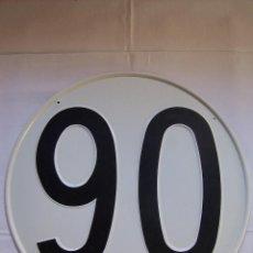Coches y Motocicletas: CHAPA/ PLACA DE METAL, TROQUELADA DE LÍMITE DE VELOCIDAD 90. 30 CM DIÁMETRO. . Lote 192819913