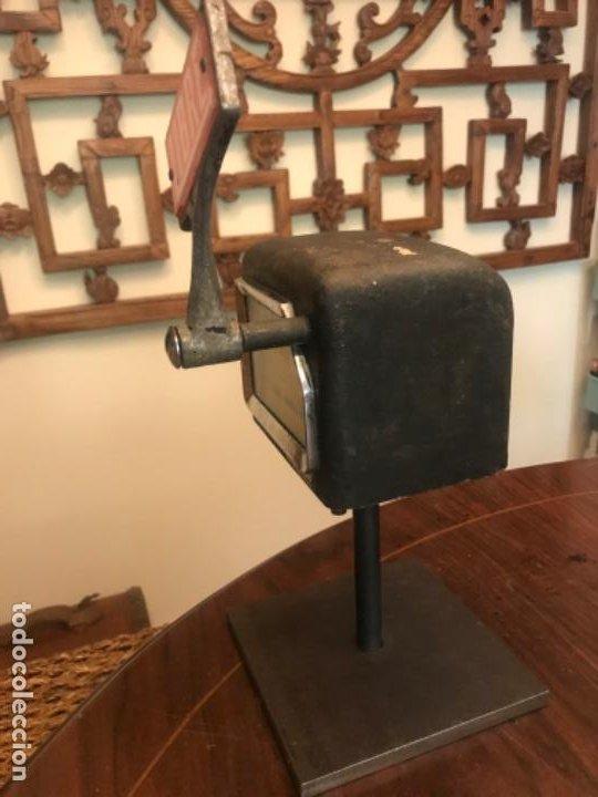 Coches y Motocicletas: Antiguo Taxímetro Amma con pedestal. Original de 1969. Para exponer - Foto 7 - 194574596