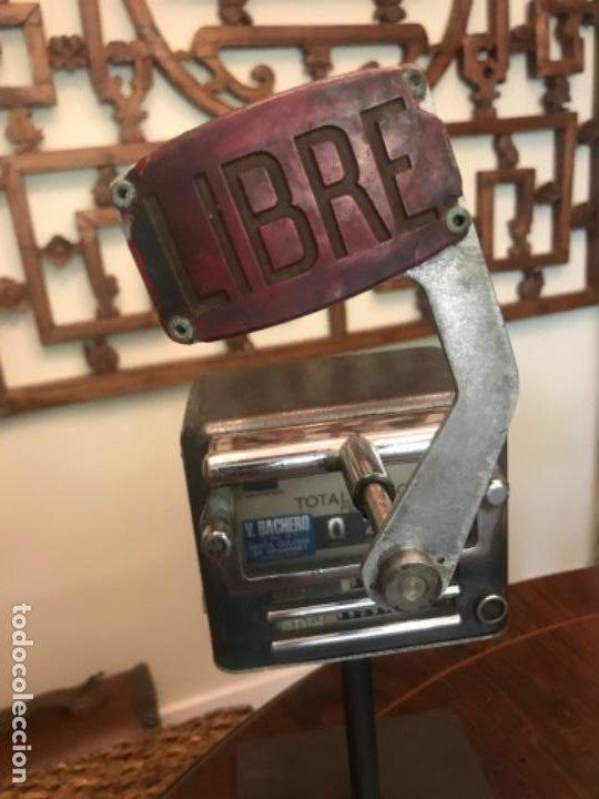 Coches y Motocicletas: Antiguo Taxímetro Bachero con pedestal. Original de 1960s. Para exponer - Foto 2 - 194575115