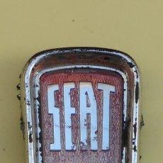 Coches y Motocicletas: EMBLEMA ORIGINAL SEAT, DEL FRONTAL..AÑOS 60-70.. Lote 200761981