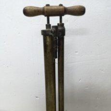 Coches y Motocicletas: BOMBA DOBLE DE COCHE.BRIDGEPORT BRASS CO. AEOLUS AÑOS 10. COCHE FORD T. IMFLADOR COCHE. Lote 201237177