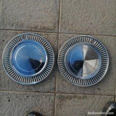 Coches y Motocicletas: 2 TAPACUBOS PARA RUEDA COCHE NEUMÁTICO DE METAL PLATEADO. Lote 222629007