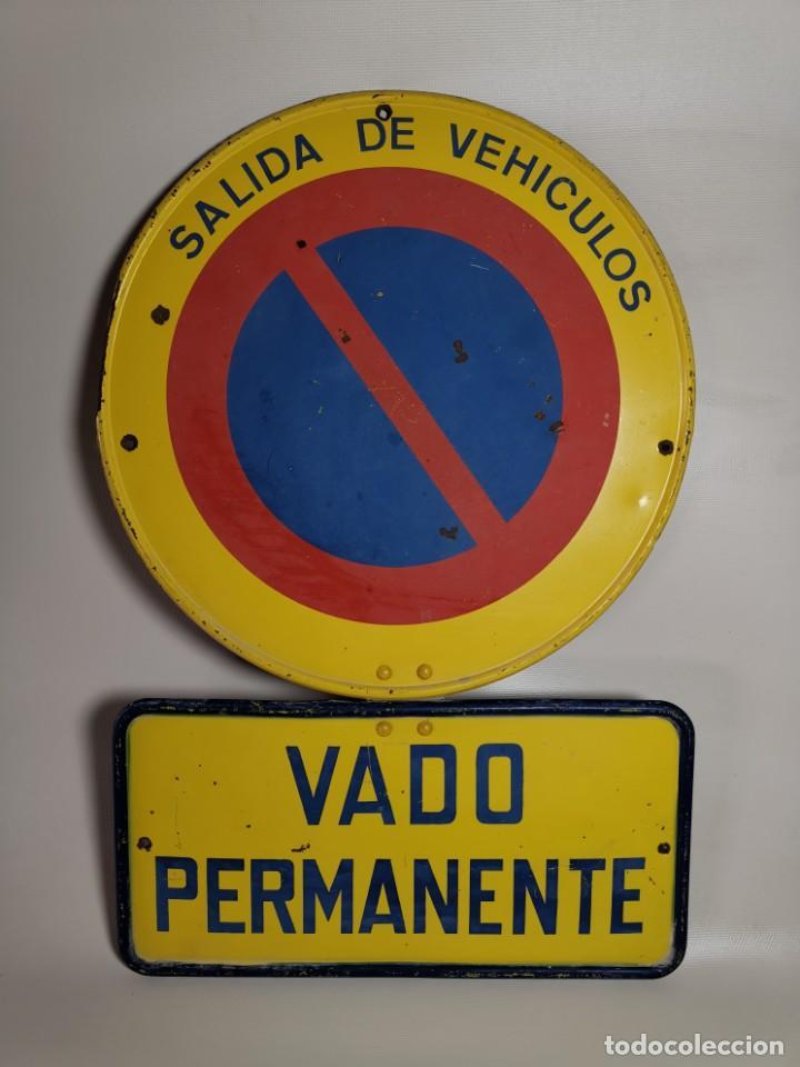Coches y Motocicletas: SEÑAL PLACA TRAFICO -SALIDA VEHICULOS Y VADO PERMANENTE FABRICADA POR TUBAUTO 1960-67 - Foto 3 - 224283895