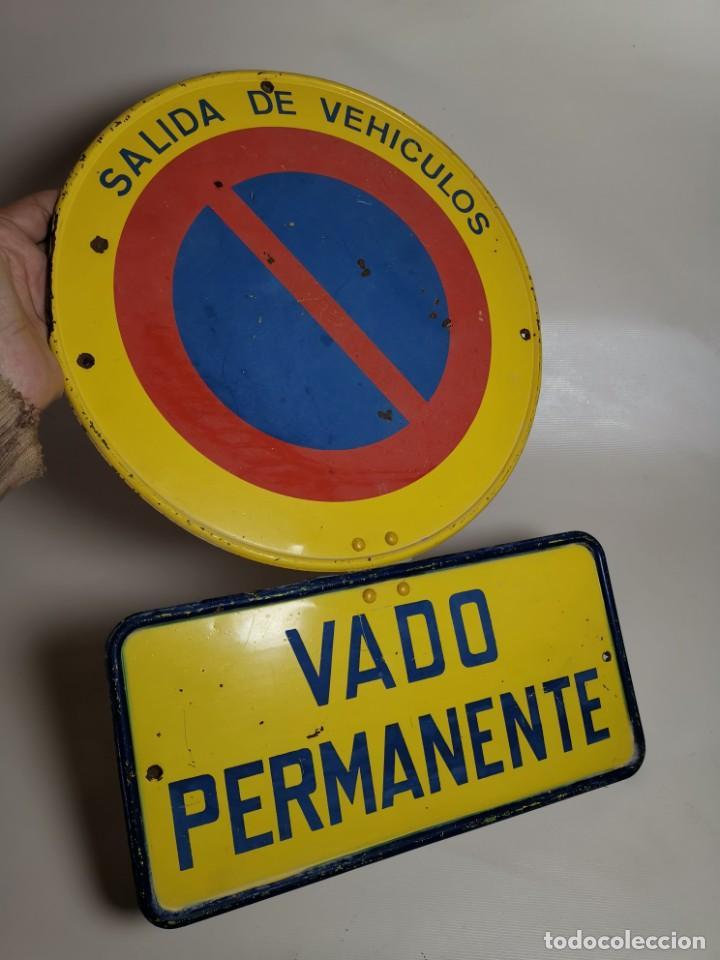 Coches y Motocicletas: SEÑAL PLACA TRAFICO -SALIDA VEHICULOS Y VADO PERMANENTE FABRICADA POR TUBAUTO 1960-67 - Foto 5 - 224283895