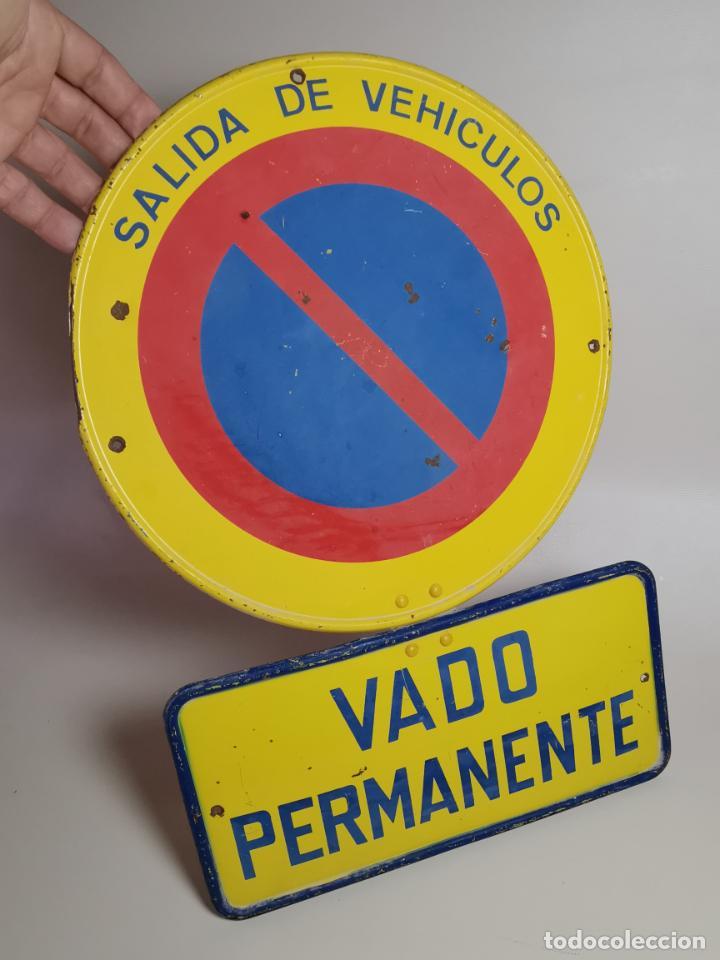 SEÑAL PLACA TRAFICO -SALIDA VEHICULOS Y VADO PERMANENTE FABRICADA POR TUBAUTO 1960-67 (Coches y Motocicletas - Repuestos y Piezas (antiguos y clásicos))