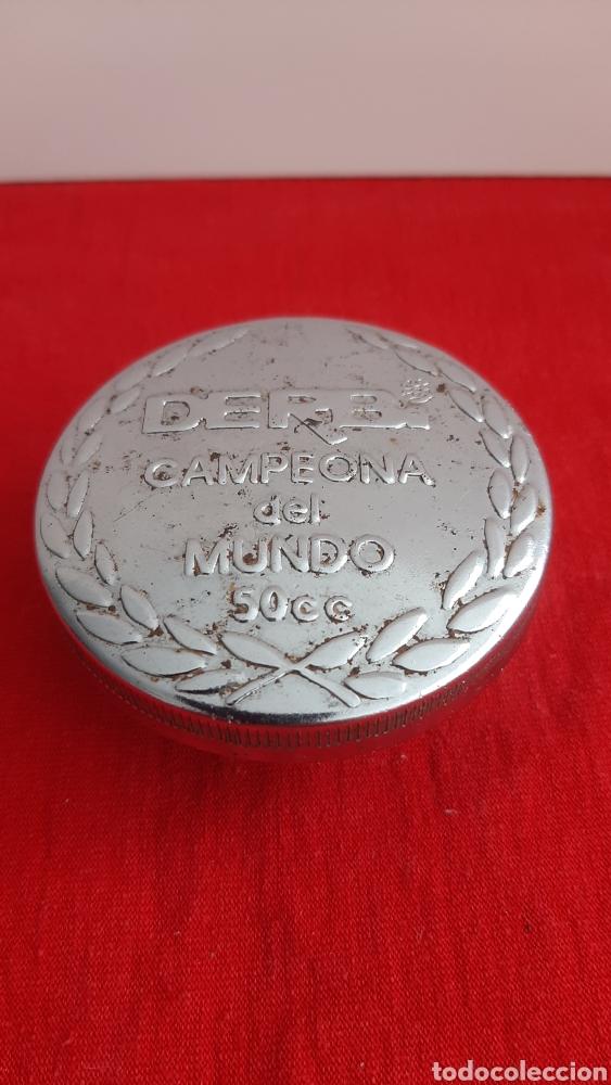 ANTIGUO TAPON CROMADO DERBI 50CC (Coches y Motocicletas - Repuestos y Piezas (antiguos y clásicos))