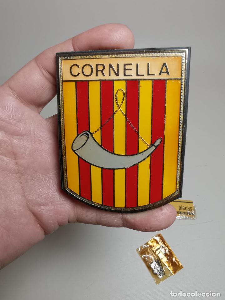 PLACA INSIGNIA PARA VEHICULO CLASICO -CORNELLA -BARCELONA-AÑOS 60 SIN USO-GRANDE (Coches y Motocicletas - Repuestos y Piezas (antiguos y clásicos))