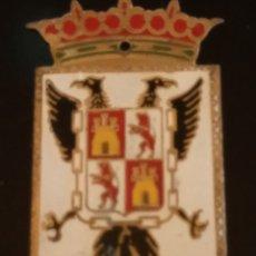 Coches y Motocicletas: CHAPA ESCUDO HERÁLDICA DE TOLEDO PARA MATRÍCULA. AÑOS 50-60.MEDIDAS 5.'5 CM * 3'5 CM. Lote 282897073