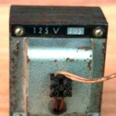 Radios antiguas: TRANSFORMADOR PROCEDE DE UNA RADIO DE VALVULAS DE 125 V QUE ALIMENTABA LA RADIO CON 220V. Lote 121423095