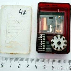 Radios antiguas: PEQUEÑA CAJA CON COMPONENTES ELECTRÓNICOS ANTIGUOS. Lote 181956961