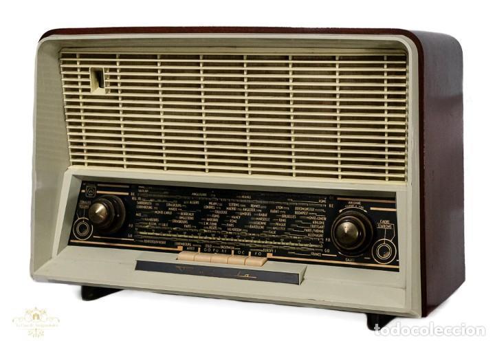 Radios antiguas: PRECIOSA RADIO ANTIGUA DE LA MARCA RADIOLA,FUNCIONANDO PERFECTAMENTE - Foto 2 - 244880035