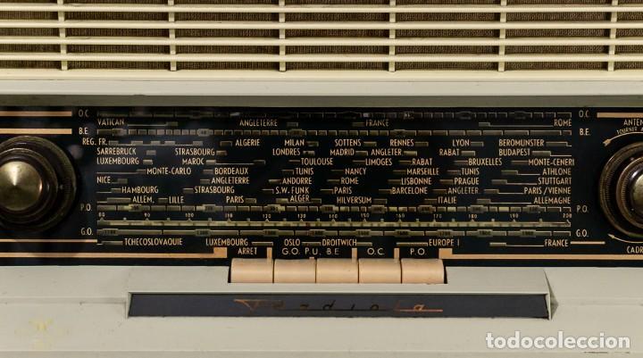 Radios antiguas: PRECIOSA RADIO ANTIGUA DE LA MARCA RADIOLA,FUNCIONANDO PERFECTAMENTE - Foto 3 - 244880035
