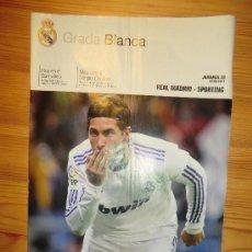 Coleccionismo deportivo: REVISTA GRADA BLANCA REAL MADRID. JORNADA 30 (2011) . PARTIDO CONTRA SPORTING. POSTER CARVALHO. Lote 30249658